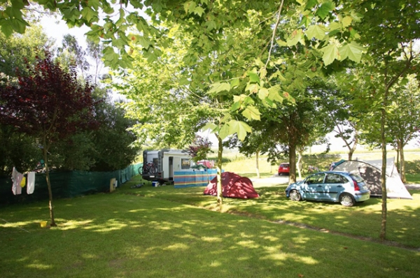 Caravaning Oyambre has 180 individual plots, bounded by trees and organized into large and flat terraces. All of them boil with green meadows characteristic of Cantabria, are equipped with 10 amp electrical connection. and wifi.